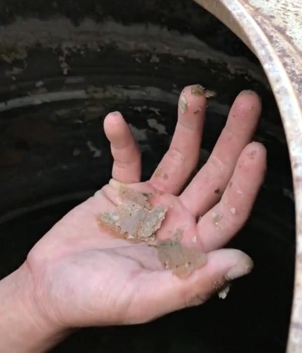 清水塔人員清出不少黃褐色的碳酸鈣。(記者陳冠備翻攝)