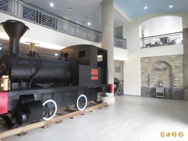 集集驛站轉型為「老站長」遊憩中心,在蒸氣老火車旁就是哈利波特電影的9又4分之3月台。(記者劉濱銓攝)