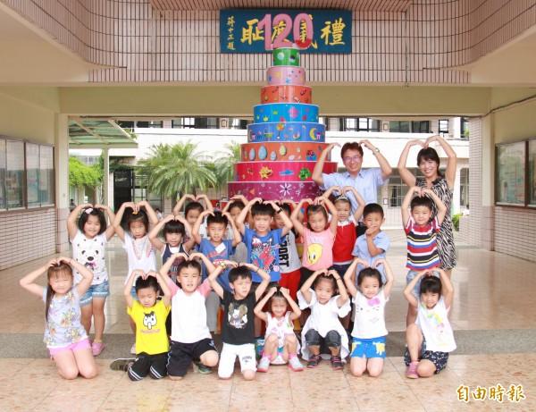 北斗國小迎接120歲校慶,製作一座3公尺高,12層的大蛋糕。(記者陳冠備攝)