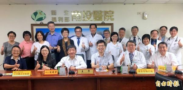 衛福部長陳時中(第1排左3),今到部立南投醫院視察業務後,與醫院同仁一起合照。(記者謝介裕攝)
