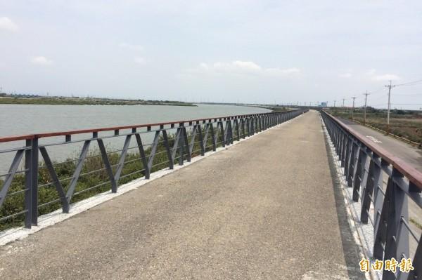 「倒風內海雙溪景觀綠廊」的急水溪堤頂自行車道。(記者楊金城攝)