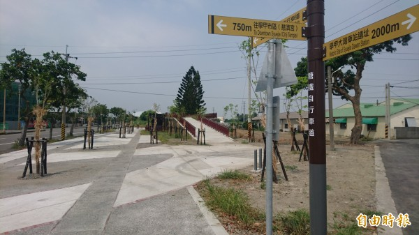 「倒風內海雙溪景觀綠廊」的學甲糖鐵自行車道。(記者楊金城攝)