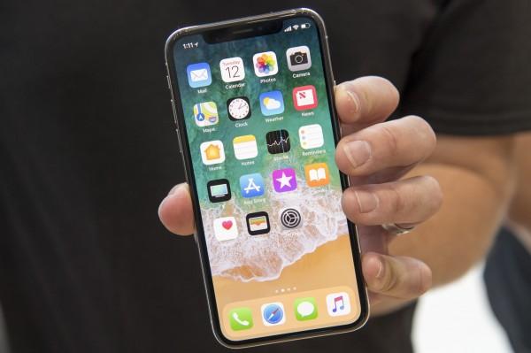 蘋果發表iPhone X等3款新機,分析師對蘋果後市看法不一。(彭博)