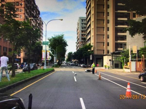 游婦騎機車疑似要穿越路口或迴轉,被左方黑色轎車撞上。(記者何宗翰翻攝)