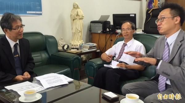誠萱社會福利基金會董事張志豪(右)告訴內思高工校長湯誌龍(左)該校校友在其所屬企業的表現不俗。(記者黃美珠攝)