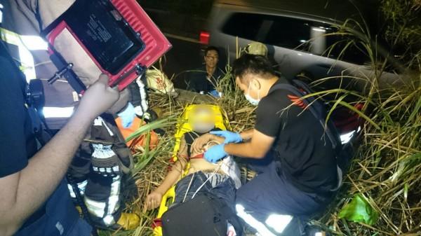 男子被撞當場失去生命跡象。(記者吳昇儒翻攝)
