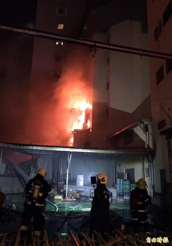 高市鹽埕民宅今晚大火,27車97人馳援灌救中。(記者黃良傑攝)