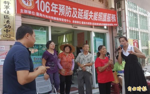 歌手楊欣樺(右一)與將軍社區長輩唱歌同樂。(記者楊金城攝)