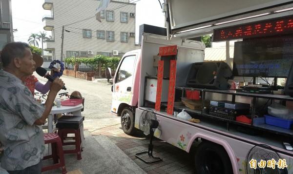 台南市社會局「活力文康車」,是行動版卡拉OK車,下鄉讓長輩開唱。(記者楊金城攝)