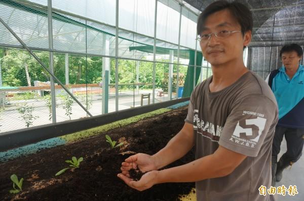 新農人推薦民眾在家種植有機蔬菜時,可使用蚯蚓肥。(記者黃文瑜攝)