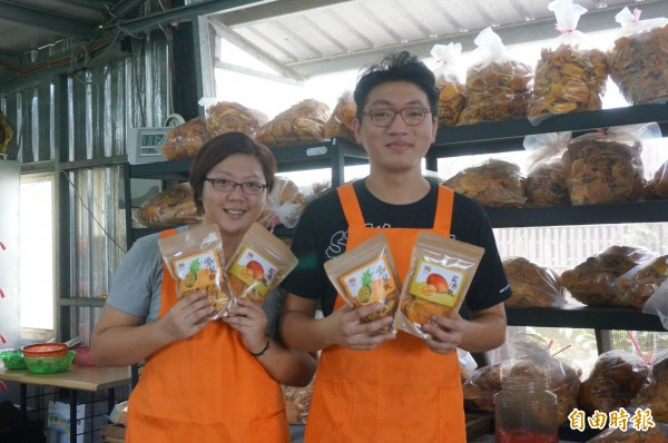 7、8年級姊弟不怕苦,日烘果乾18小時,推台南水果。(記者黃文瑜攝)