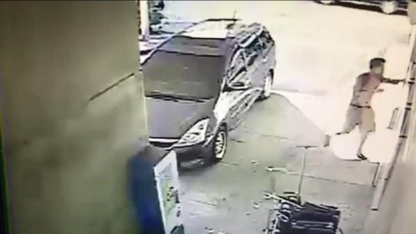 曾男涉嫌持鐵棍打死合夥人後,自行把人載去送醫。(記者李容萍翻攝)