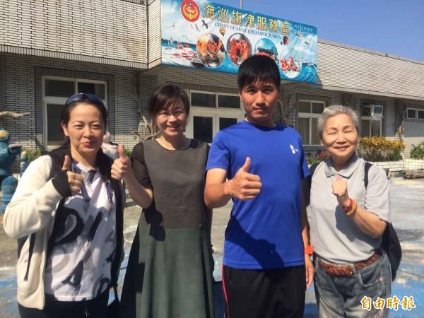 海巡署於農曆7月,邀請志工撿拾海灘垃圾。(記者黃旭磊攝)