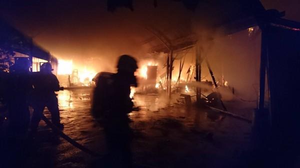桃園市中壢區13日晚間發生民宅火警,現場全面燃燒,消防隊員到場全力搶救後。(記者李容萍翻攝)