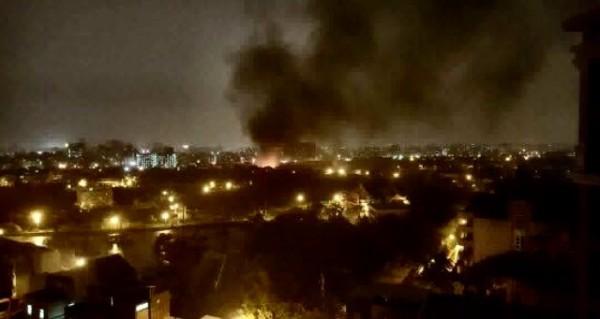桃園市中壢區發生住宅火警,網友拍到現場濃煙竄升直逼天際。(擷取自臉書「我是中壢人」)