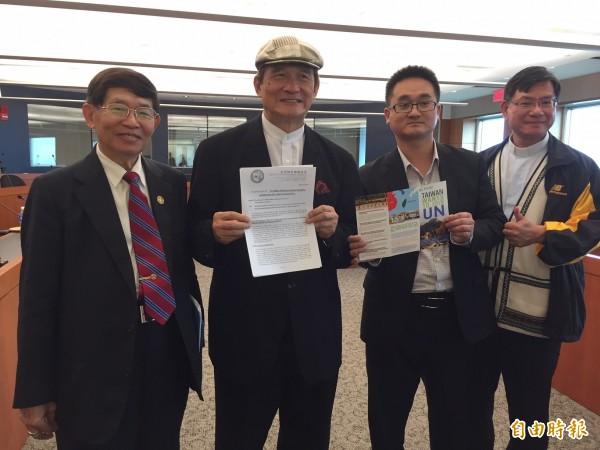台灣入聯宣達團今天在華府展示他們寫給聯合國秘書長及會員國的公開信,並要求中國無條件釋放李明哲。(記者曹郁芬攝)