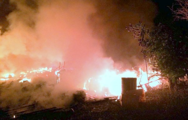 南投縣名間鄉1處香菇寮發生火警,火紅烈焰將香菇寮吞噬殆盡,幸無人員傷亡人發生,可說是不幸中的大幸。(記者謝介裕翻攝)