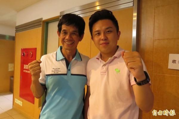 市議員李文正(左)及民進黨全國黨代表李啟維(右)痛批教育部文言文比例不改,教育部長應辭職下台。(記者蔡文居攝)