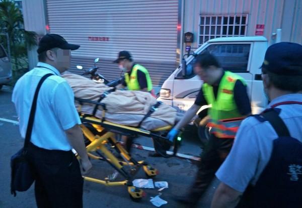 台中一名吳姓女子,今天凌晨遭前男友持西瓜埋伏狂砍5刀,消防人員緊急以擔架送醫急救。(記者陳建志翻攝)