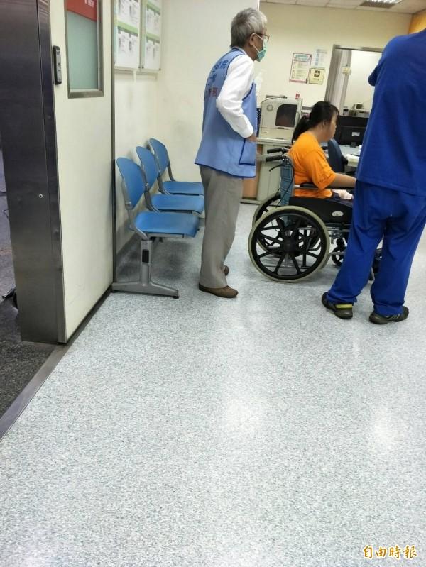 瑪利亞基金會學員車禍,坐在輪椅上包紮。(記者張軒哲攝)