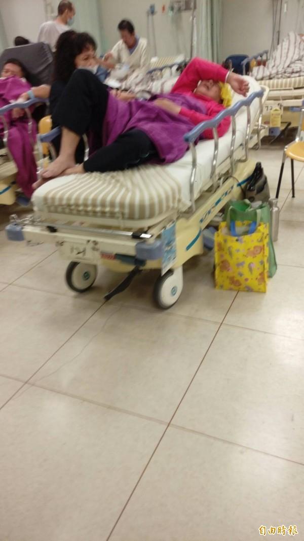 葉文祥躺臥在急診觀察室病床,身體顯得很虛弱,並以右手遮臉,閉目養神。(記者方志賢攝)