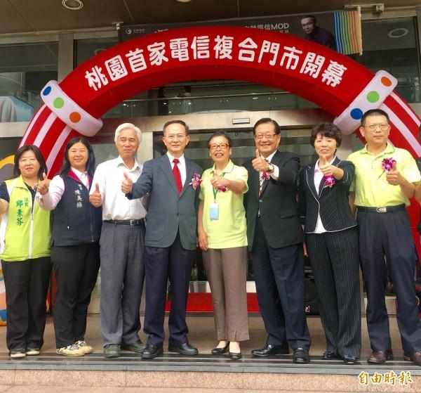 中華電信北區分公司總經理陳明仕(左4)表示,針對政院加薪政策,公司已開始評估財務狀況,將在評估後發表加薪消息。(記者魏瑾筠攝)
