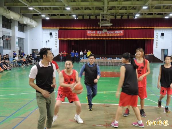 候友宜昌(左二)受邀上場打籃球,衝勁十足。(記者翁聿煌攝)