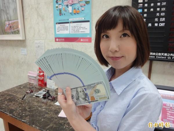 新台幣匯率早盤受到國際美元反彈影響,呈現疲弱走勢。(記者盧冠誠攝)
