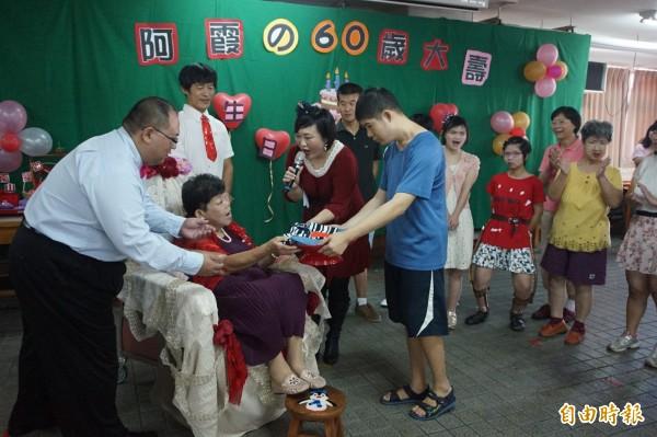 林碧霞60歲生日,信望愛學員紛紛輪流獻上禮物祝賀。(記者歐素美攝)