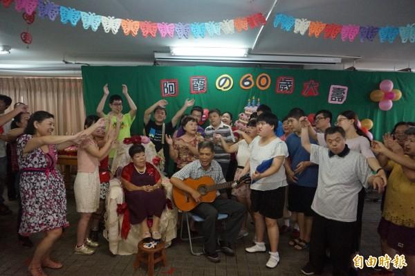 信望愛學員及家長,為阿霞表演並獻唱生日快樂歌,祝她生日快樂。(記者歐素美攝)