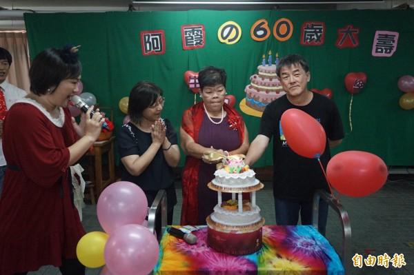 弟弟同姊姊林碧霞切蛋糕慶生。(記者歐素美攝)