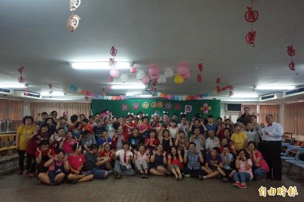 信望愛學員、工作人員及家長等一起為阿霞慶生並拍照留念。(記者歐素美攝)