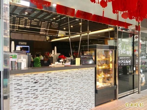 中華電信桃園旗艦店,成為全台首家複合型門市,結合咖啡廳、家電及3C等眾多商品。(記者魏瑾筠攝)