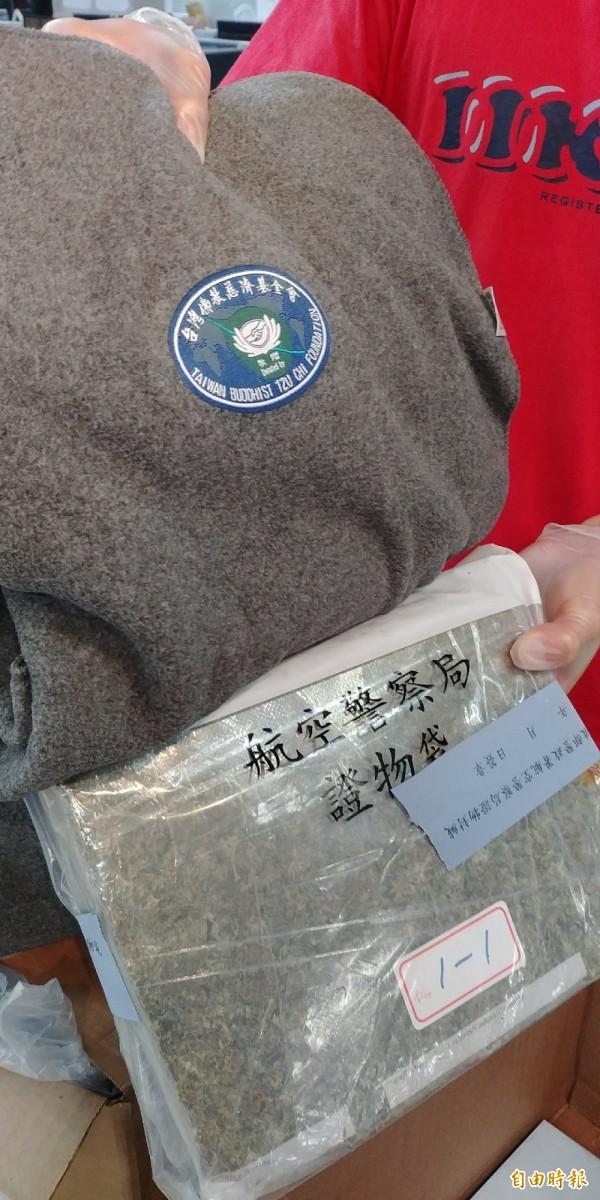 海關及航警局共同查獲毒犯利用「慈濟功德會」物品夾藏6公斤大麻闖關。(記者姚介修攝)