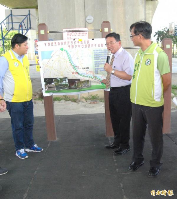 彰化市長邱建富(右2)說明爭取建置自行車道系統案。(記者湯世名攝)