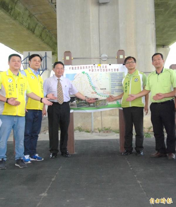 彰化市長邱建富(左3)和縣議員林世賢(右2)聯手爭取建置串聯4鄉鎮市的烏溪南岸自行車道系統。(記者湯世名攝)