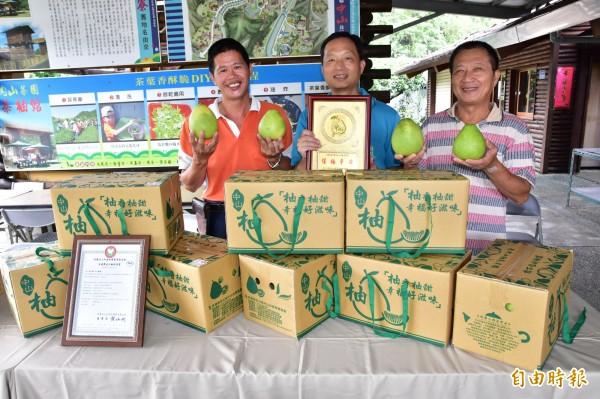 中山社區發展協會為促銷文旦,今起推出「買柚送金牌」,預購者可獲摸彩券,最高獎為5800元價值的「保柚平安」金牌。(記者張議晨攝)