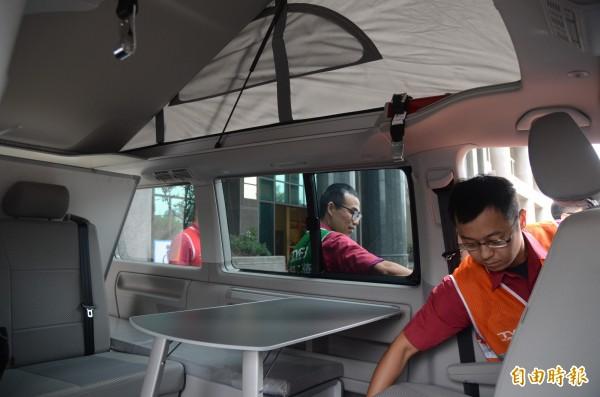 救災指揮車由露營車改裝,車椅可翻轉或180度躺平。(記者鄭淑婷攝)