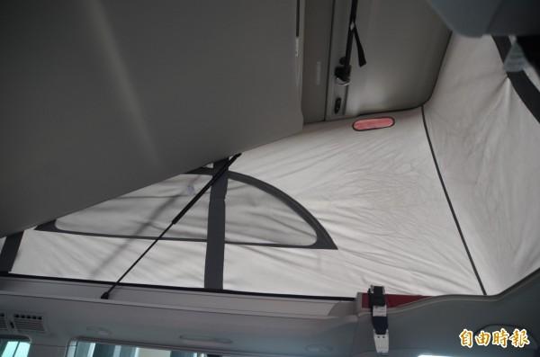 救災指揮車由露營車改裝,車頂可升起成簡易休憩空間。(記者鄭淑婷攝)