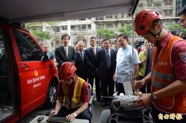 桃園市不動產開發商業同業公會捐贈桃園市消防局2輛救災指揮車。(記者鄭淑婷攝)