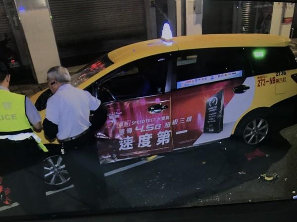 吳姓計程車司機(右)向警方說明車禍經過。(記者吳仁捷翻攝)