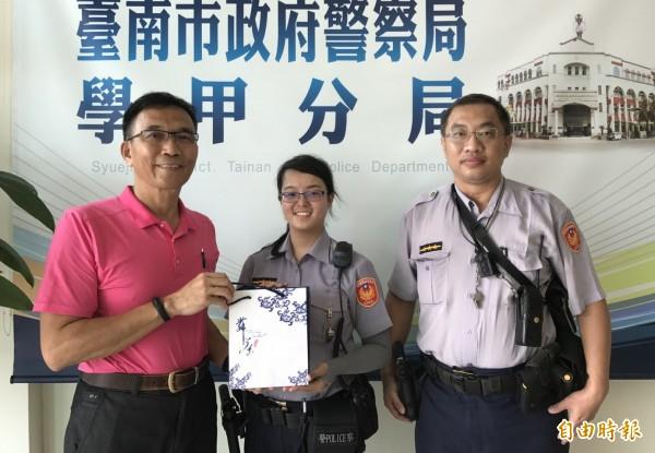 學甲警分局長楊青垂(左一起)表揚救人有功的警員張詩瑋、陳育嶙。(記者楊金城攝)