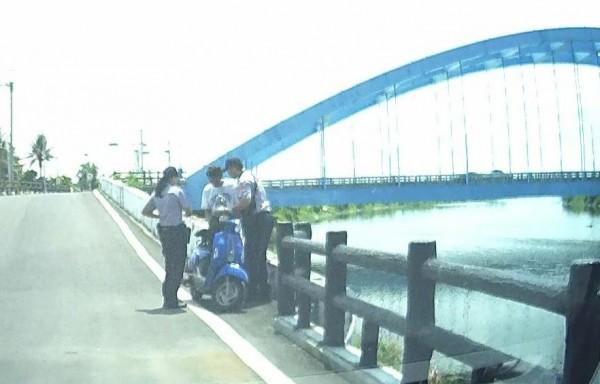 員警在華宗橋旁找到失戀男進行勸阻。(記者楊金城翻攝)