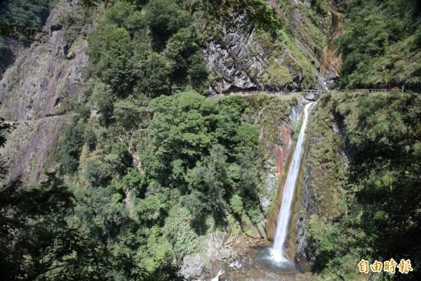 玉山國家公園東埔到八通關的雲龍瀑布景點,因瀑布前的步道持續崩坍,玉管處將進行棧橋重建,期間禁止民眾進入。(記者劉濱銓攝)