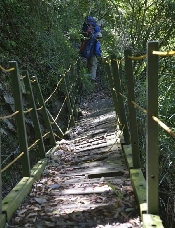 八通關步道4.7公里處棧橋損毀,玉管處將利用整修工程一併拆除重建。(玉管處提供)