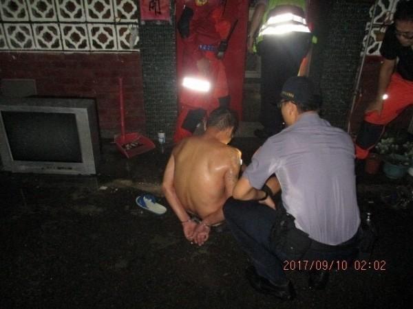 警方將顏男壓制逮捕,化解瓦斯氣爆危機。(記者張瑞楨翻攝)