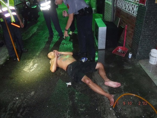 員警制服顏男,依公共危險罪嫌法辦。(記者張瑞楨翻攝)