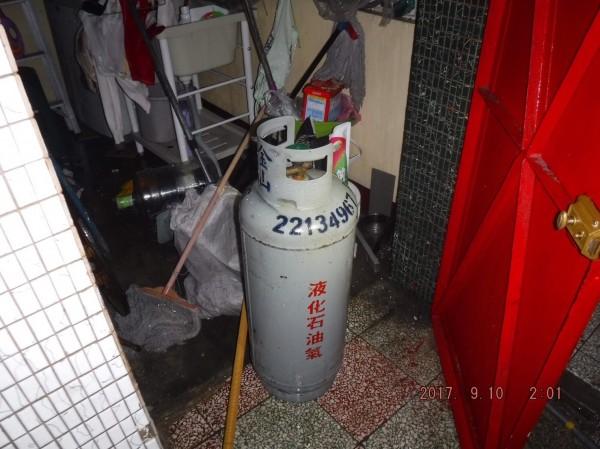 顏男把瓦斯桶搬到門旁,企圖引燃,與警消同歸於盡。(記者張瑞楨翻攝)