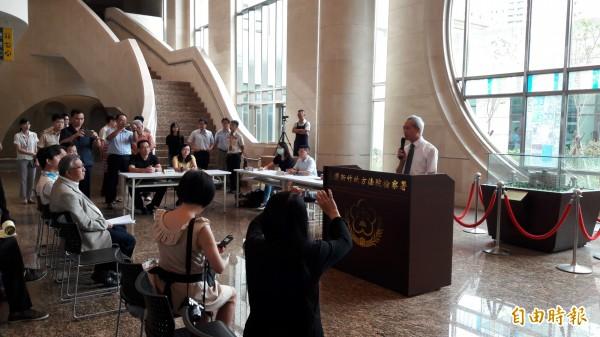新竹地檢署進行查扣物品的拍賣競拍。(記者洪美秀攝)