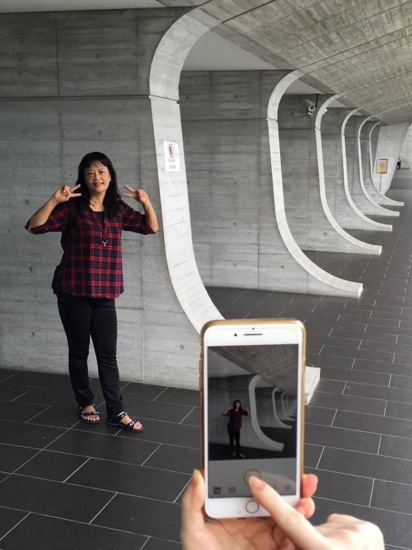 拍人像注意構圖手機也能拍出美照。(圖由草屯鎮婦女大學生活攝影實拍班提供)